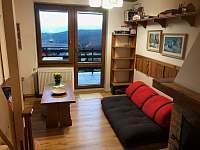 obývák s balkonem propojený s kuchyní a jídelním stolem