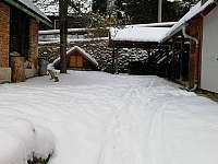 Chalupa v zimě - zahrádka - k pronájmu Petrovice u Sušice