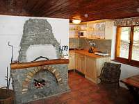 obytná místnost, kuchyňský kout, krb - chata k pronajmutí Nová Pec