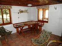 obytná místnost, stůl - chata k pronájmu Nová Pec