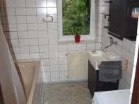 V koupelně je i vana s pračkou - Babylon