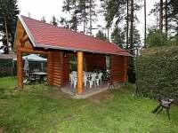 Venkovní srubové posezení s grilem - chata k pronajmutí Frymburk
