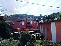 Posezení u grilu a udírny vedle společenské místnosti - ubytování Nezdice na Šumavě