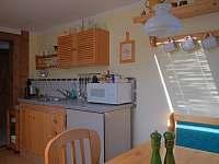 Kuchyn, jidelni stul apartman - pronájem chalupy Dobrá na Šumavě