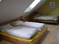 Luzka v obyvaku - apartman - chalupa k pronájmu Dobrá na Šumavě