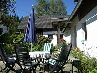 Posezeni na terase u domu - chalupa k pronájmu Dobrá na Šumavě