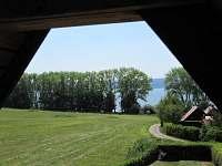 Výhled na konec pozemku a jezero - chata k pronájmu Radslav