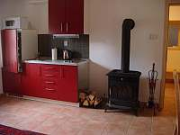 kuchyň v červeném apartmánu - chalupa k pronajmutí Pohorská Ves - Lužnice