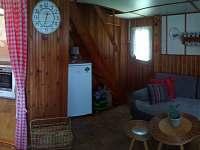 obývací místnost s gaučem a tv