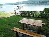 venkovní sezení u vody