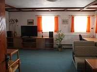 Obývák v AP 1 přízemí - pronájem apartmánu Srní