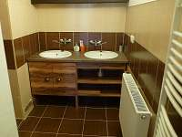 Koupelna 1. patro (umyvadla) - chalupa ubytování Zadov - Lesní Chalupy