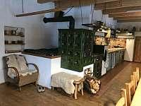 Kuchyně s kachlovou pecí - chalupa k pronajmutí Borová Lada