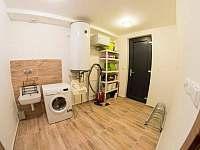 Technická místnost apartmánu H7 s pračkou