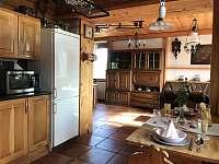 Apartmán 1 - Pohled z kuchyně do obýváku - ubytování Nová Pec - Pěkná