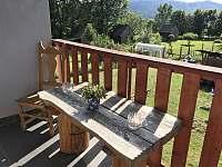 Apartmán 1 - Výhled z balkónu na zahradu - k pronájmu Nová Pec - Pěkná