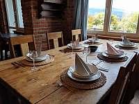 Apartmán 2 - prostorný jídelní stůl - Nová Pec - Pěkná