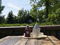 Chalupa Cácorka, stůl na terase - k pronajmutí Pasečná