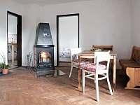 Obývací pokoj s krbem - chalupa ubytování Pasečná