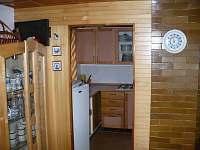 Průhled z obýváku do kuchyně
