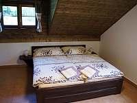 Ložnice apartmánu 2 v podkroví - pronájem chalupy Stachy - Kůsov