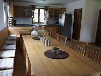 Společenská místnost s kuchyní - chalupa k pronajmutí Stachy - Kůsov