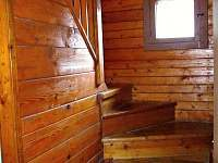 Dřevěné schodiště do podkroví.