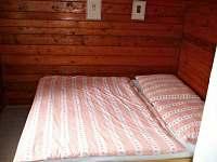 Větší ložnice s manželskou postelí.