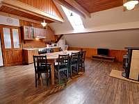 kuchyně podkroví + společenská místnost - chalupa ubytování Chlum