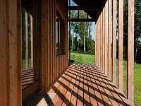 Z ložnice přímo na dřevěnou terasu - zalito ranním sluncem