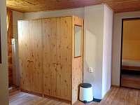 Šatní skříně na chodbě v podkroví