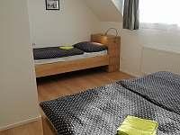 Ložnice s manželskou postelí apartmánu 1. typu - k pronajmutí Lipno nad Vltavou