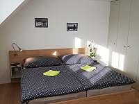 Ložnice s manželskou postelí apartmánu 1. typu - pronájem Lipno nad Vltavou
