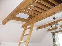 žebříček ke prostoru pro spaní dětí
