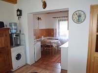 Přízemí s kuchyní a jídelním stolem