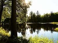 Chalupa v Pěkné - nedaleký Chlumský rybník -