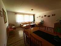Chalupa v Pěkné - obývací pokoj s jídelním stolem - k pronajmutí