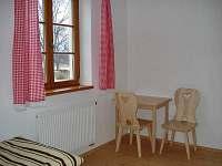 Pokoj stolek židle - pronájem apartmánu Dobrá - Stožec