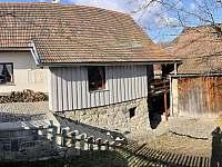 Chalupa Nezdice na Šumavě 103 (pohled do dvora a ke stodole) - k pronajmutí