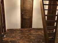 Chodba (dveře do koupelny, ložnice, kuchyně) a schody do podkroví - pronájem chalupy Nezdice na Šumavě