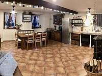 Společenská místnost (jídelna a kuchyně) - chalupa k pronajmutí Nezdice na Šumavě