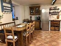 Společenská místnost (jídelna) - chalupa k pronájmu Nezdice na Šumavě