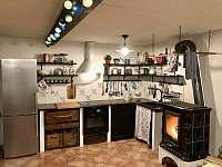 Společenská místnost (kuchyně a kamna) - chalupa ubytování Nezdice na Šumavě
