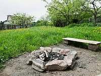 ohniště na zahradě