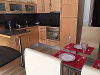kuchyňská linka a jídelní stůl