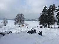 zasněžené a zamrzlé Lipno s bruslařskou dráhou až 12km dlouhou