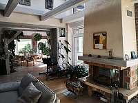 Obývací pokoj propojený se zimní zahradou - chata k pronajmutí Přední Výtoň