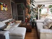 Obývací pokoj propojený se zimní zahradou - chata k pronájmu Přední Výtoň