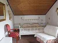 Ložnice s manželskou postelí.