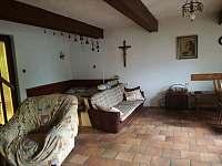 Společenská místnost s manželskou postelí.